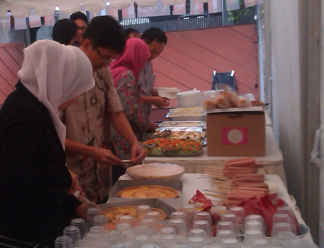 membiasakan-makanan-Jerman-di-halal-bi-halal-Lembaga-Alumni-Eropa-www.alumnieropa.org