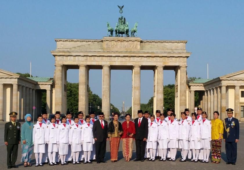 anggota-Paskibra-di-upacara-peringatan-17-agustus-2015-di-KBRI-Jerman-bersama-Dubes-Bpk-Fauzi-Bowo-dan-staf